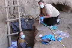 Odebírání půdní DNA v jeskyni Kaptar-Kamar v Uzbekistánu